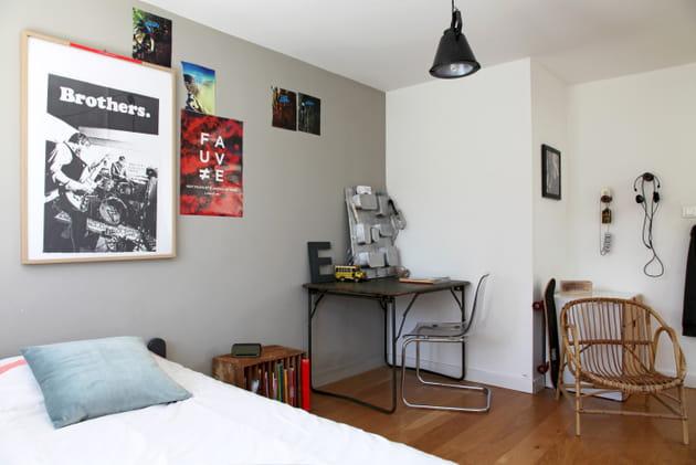 Une chambre de garçon gris perle