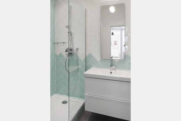 Une petite salle de bains fonctionnelle