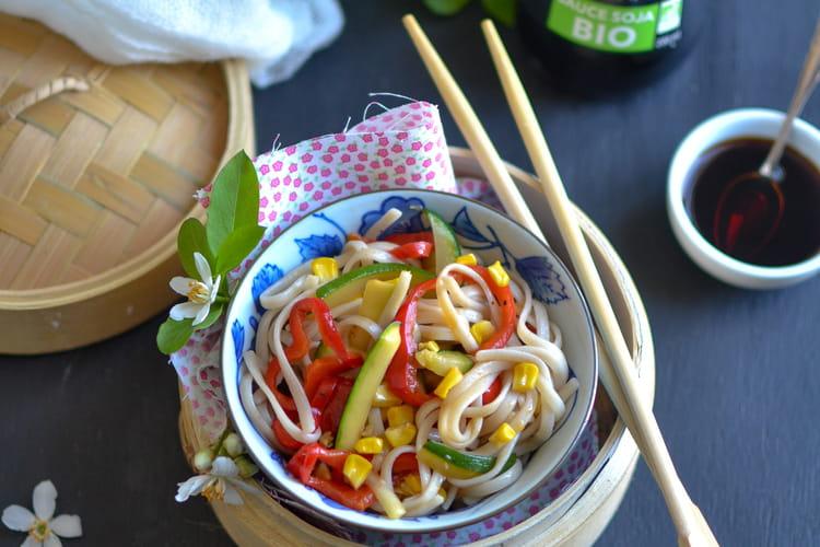 Wok de nouilles Udon aux courgettes, poivrons, maïs et sauce soja bio Tanoshi