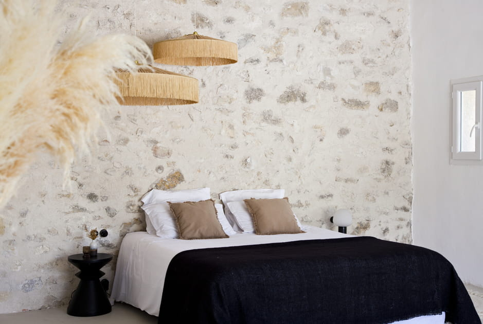 Mur en pierres en guise de tête de lit