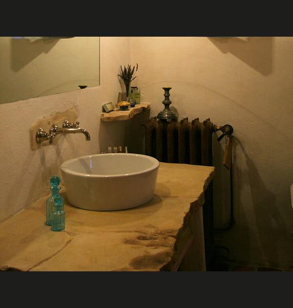 Un plan vasque en pierre taillée