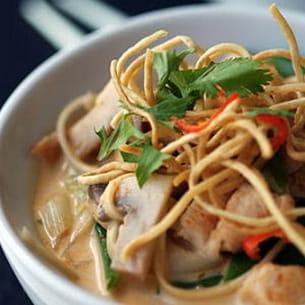 soupe thaie au poulet et nouilles, curry rouge