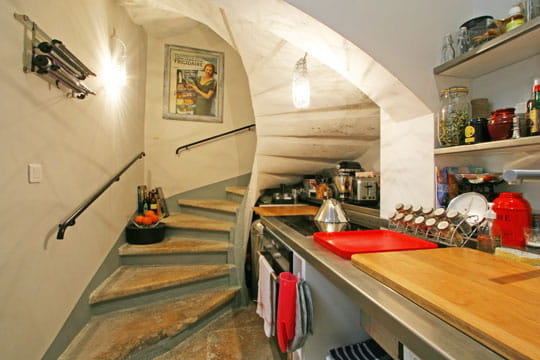 Une cuisine dans l'escalier