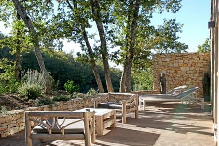 Un salon de jardin en bois massif