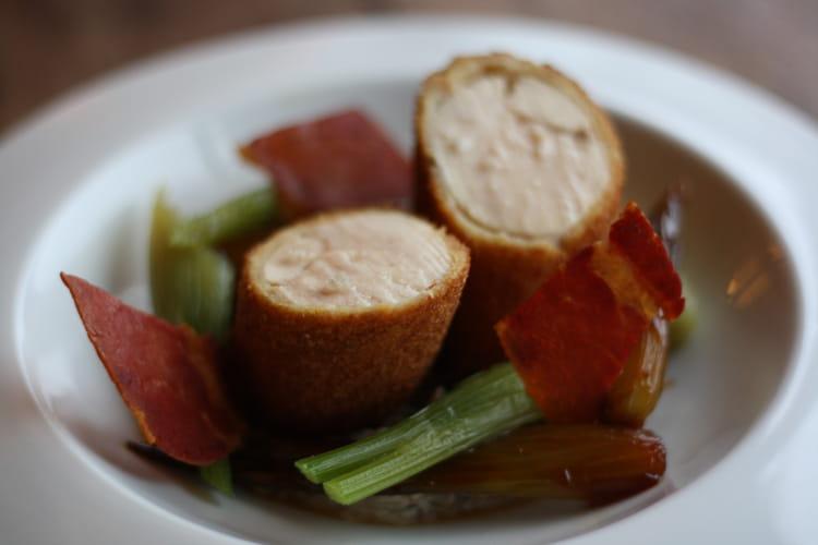 Poulet croustillant, légumes, chips jambon sec