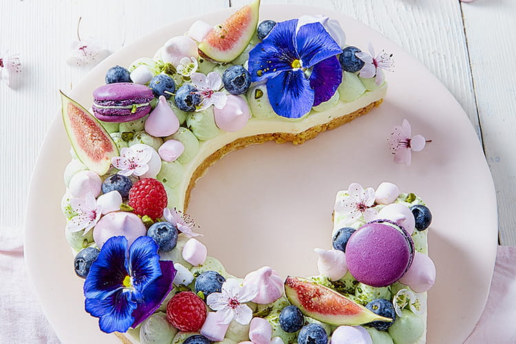 Letter cake aux fruits rouges et fleurs comestibles