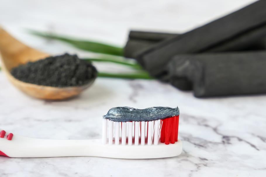 Dentifrices au charbon: oubliez-les, ils pourraient abîmer vos dents!