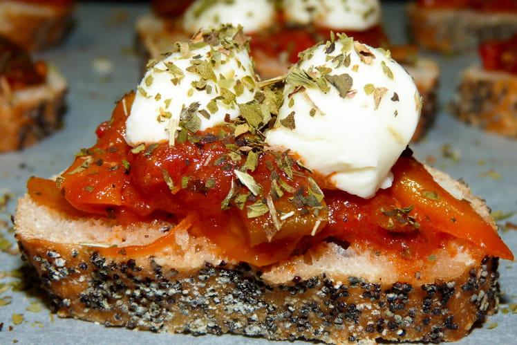 Crostinis tomates fraîches et billes de mozzarella