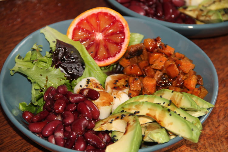 Salade detox hivernale à l'avocat, haricots rouges, carottes et coeurs de palmier
