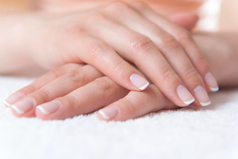 Taches blanches sur les ongles : le signe de quoi ?