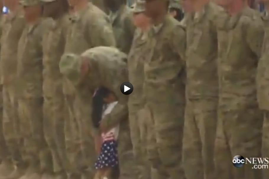 Vidéo : trop heureuse de retrouver son Papa, elle interrompt une cérémonie militaire