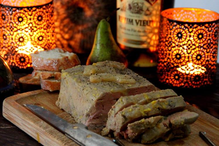 Terrine de foie gras mi-cuit aux poires confites, miel et rhum vieux