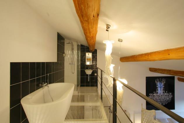 Une salle de bains sur mezzanine