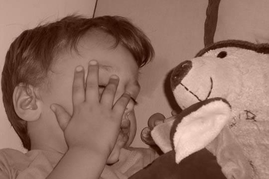 Kylan fait la sieste avec son doudou