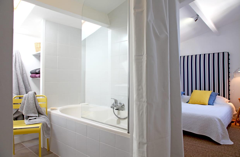 Entre deux chambres for Salle de bain commune a deux chambres