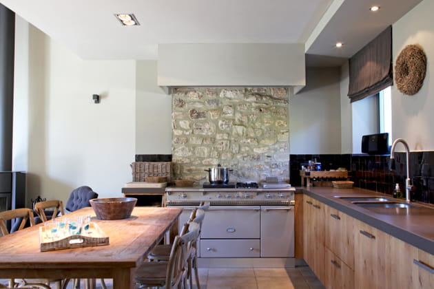 Piano de cuisson rétro et mur de pierres