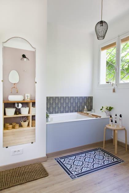 Un tabouret dans la salle de bains