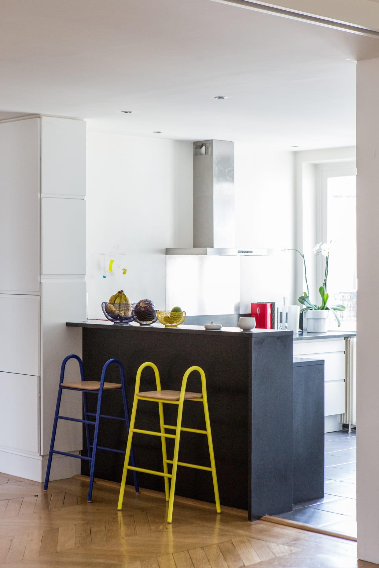 une cuisine ouverte lumineuse. Black Bedroom Furniture Sets. Home Design Ideas