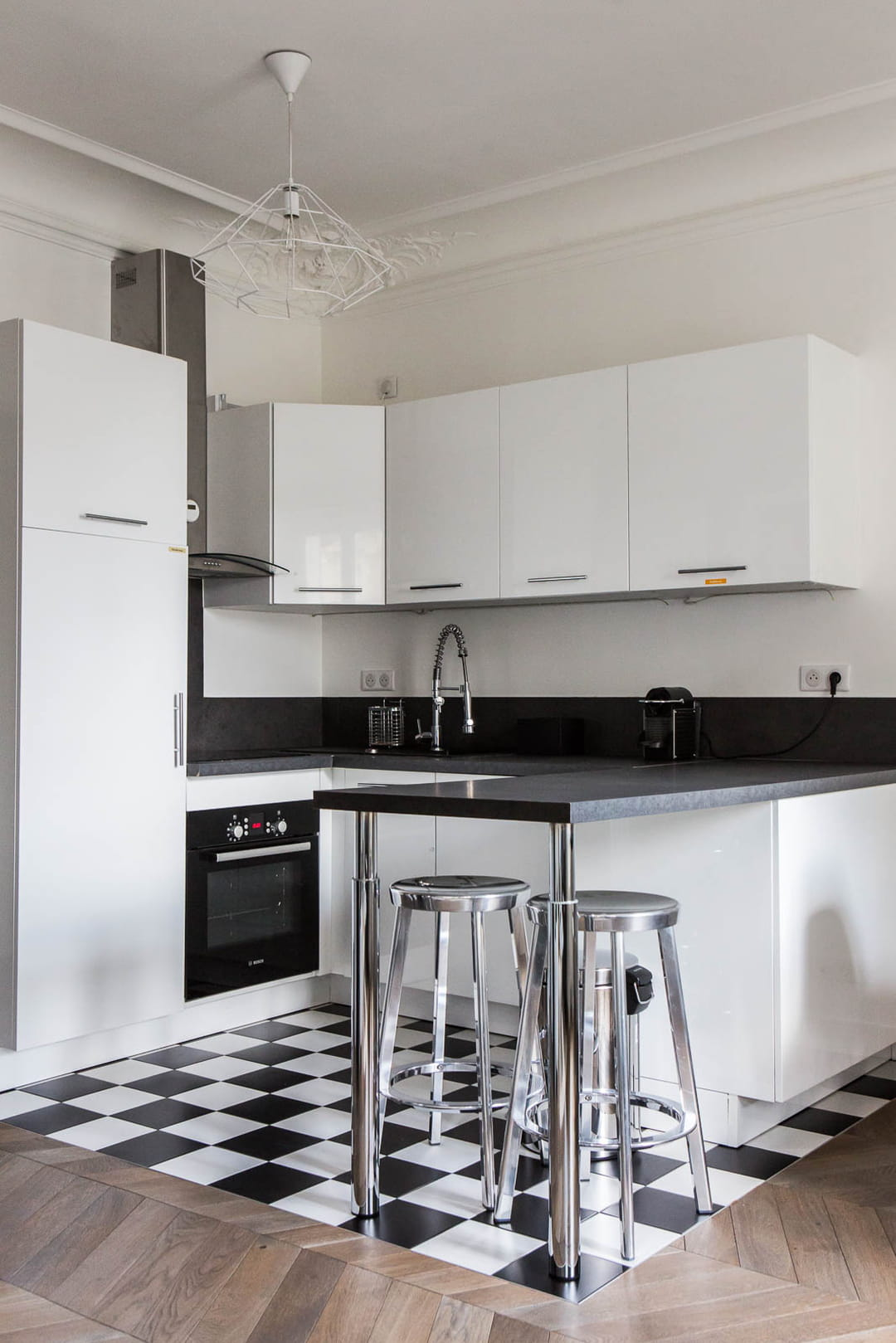 Associer carrelage et parquet pour une cuisine ouverte sur le salon