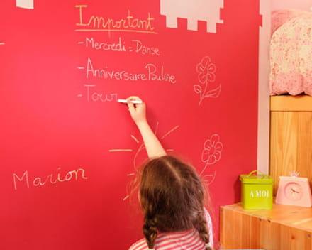 le mur se transforme en tableau sur lequel l'enfant peut dessiner et écrire