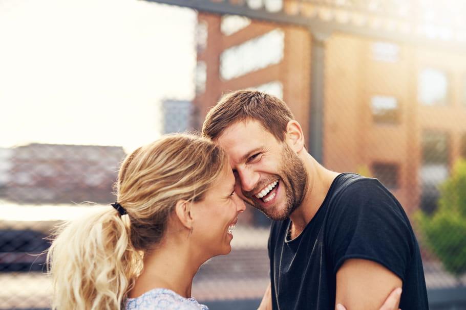 Amour : femme à grand QI, homme qui rit