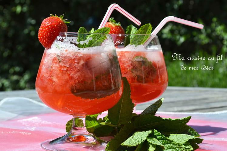 Cocktail vodka-tonic à la fraise et à la menthe