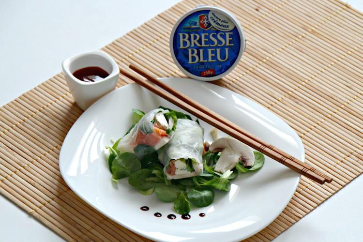 Rouleau au Bresse Bleu, saumon fumé, champignons crus et salade