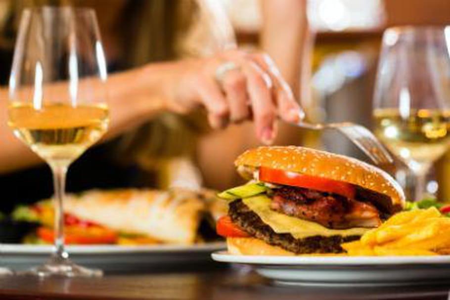 Alcool : un cocktail est aussi calorique qu'un hamburger