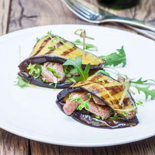 aubergines grillées aux dés d'agneau marinés et sautés à la fleur de thym de
