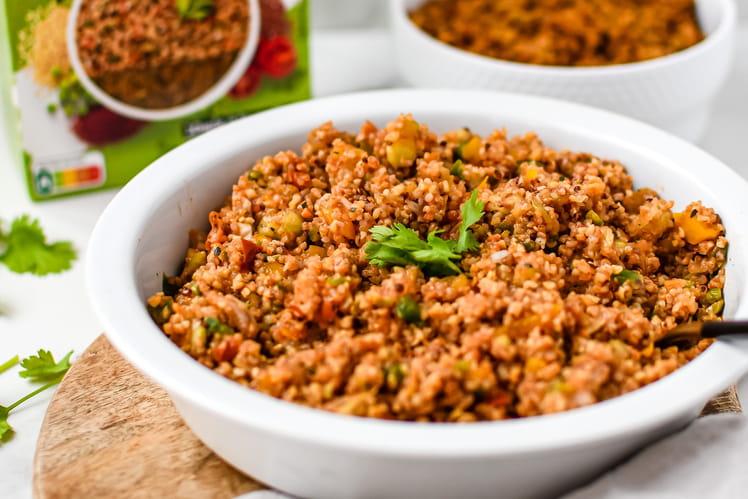 Taboulé indien végétarien avec quinoa et boulgour aux épices tandoori, poivron, oignon, tomate, concombre