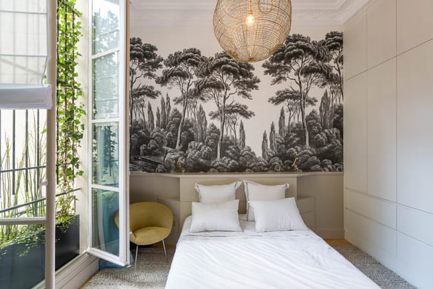 Chambre avec papier peint panoramique noir et blanc