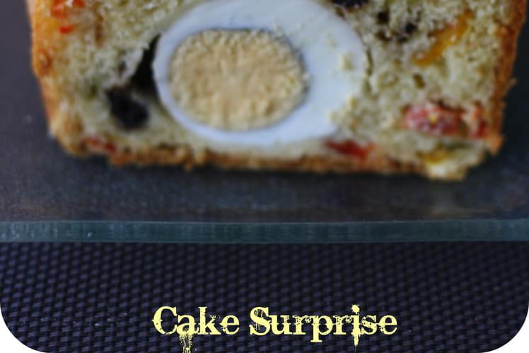 Cake surprise aux poivrons, œufs durs et olives noires