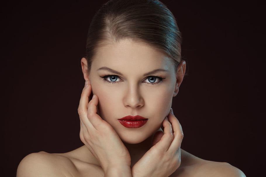 Comment porter le rouge à lèvres foncé ?
