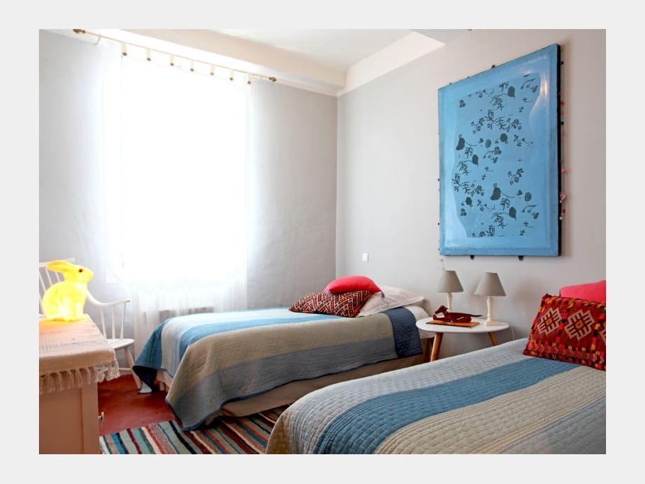 des lits jumeaux chambre d 39 amis des id es et conseils pour la d corer journal des femmes. Black Bedroom Furniture Sets. Home Design Ideas