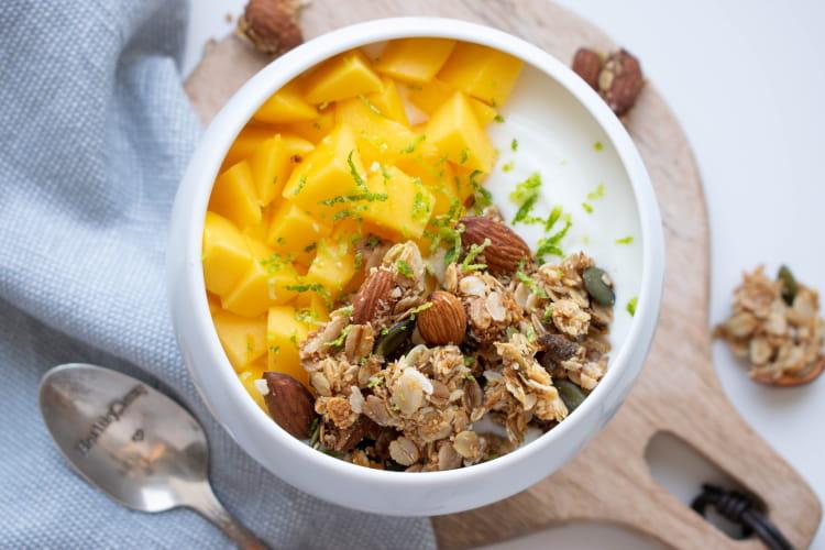 Bol Granola maison, mangue et zeste de citron vert