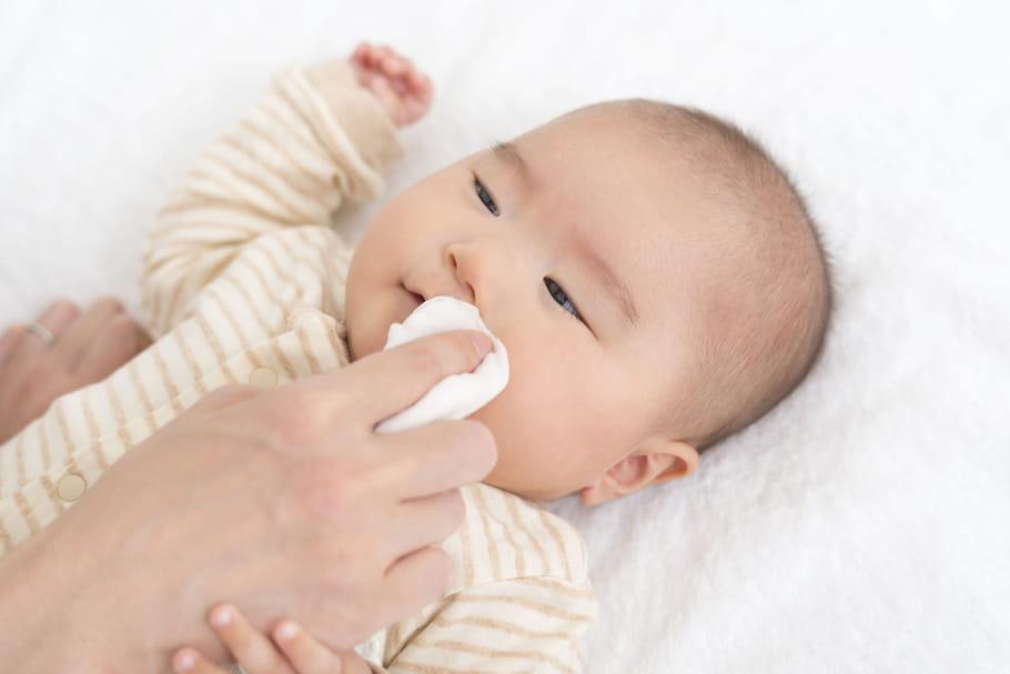 Comment nettoyer le visage de bébé?