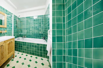 un carrelage qui nous plonge dans le bain. Black Bedroom Furniture Sets. Home Design Ideas