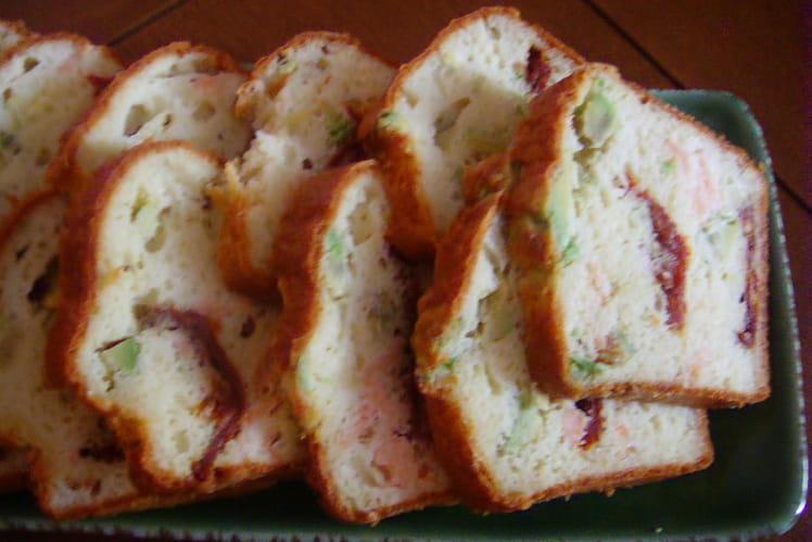 Cake au saumon fumé, tomates confites et avocat