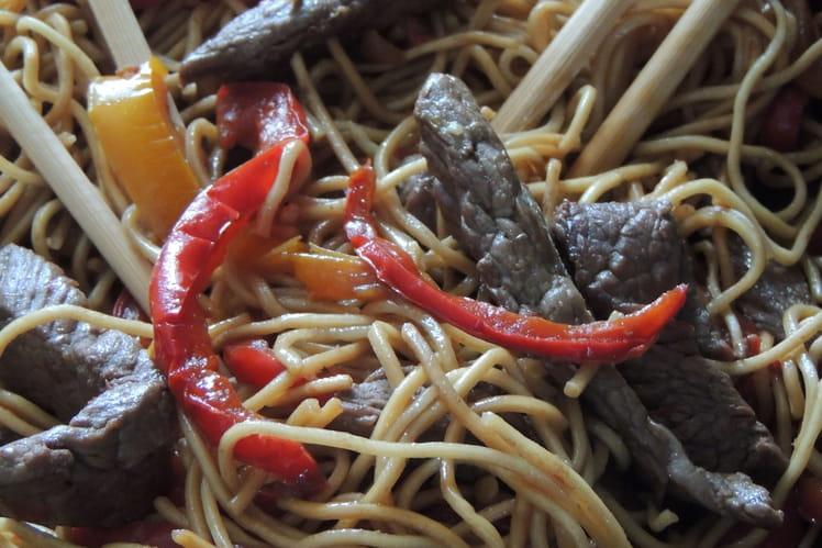 Boeuf sauté, nouilles chinoises et poivrons caramélisés