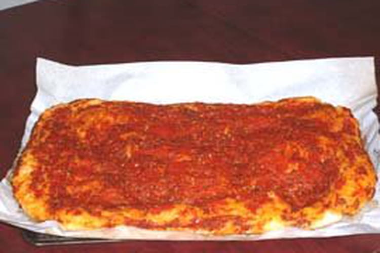 Pizza au jambon, tomates et oignons