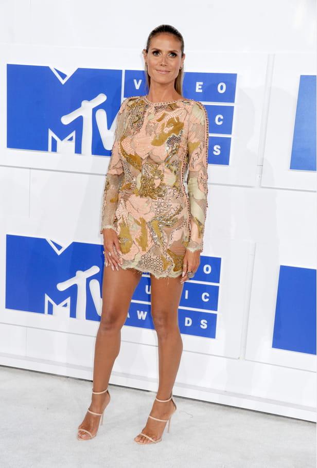 Heidi Klum en mini-robe à manches longues