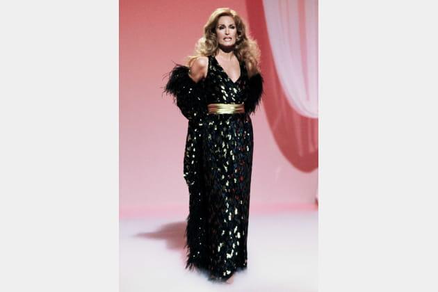 OUI... à la robe longue ceinturée noire et dorée