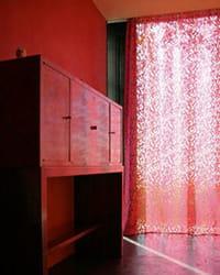 rideaux rouges découpés au laser