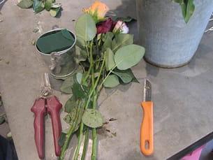 des roses, un pot en zinc, la mousse synthétique... vérifiez que vous avez tout