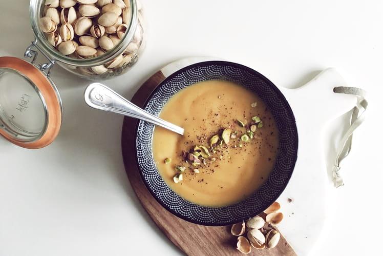 Soupe de patate douce au lait de coco et pistaches