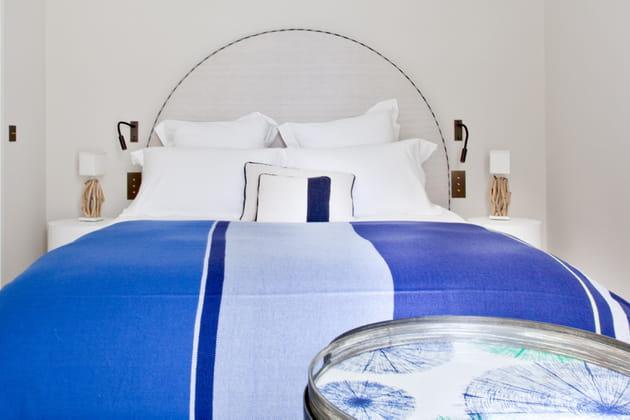 Tête de lit arrondie et couette azur