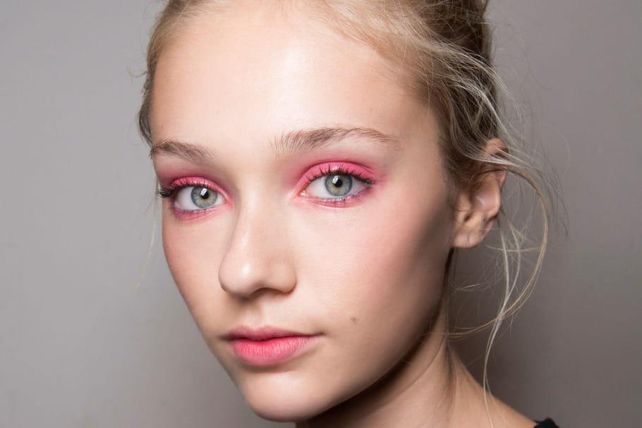 Comment s'approprier la tendance du maquillage rose?