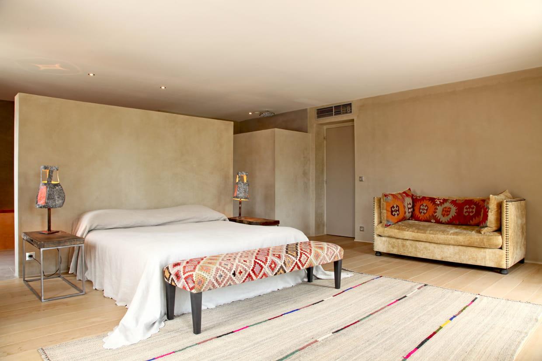 une banquette haute en couleurs. Black Bedroom Furniture Sets. Home Design Ideas