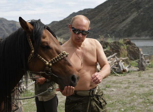 Vladimir Poutine parle à l'oreille des chevaux en Sibérie (2009)