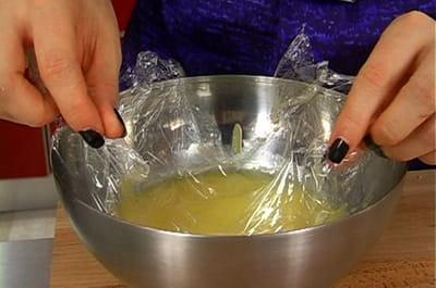 filtrer et réserver le lemon curd.